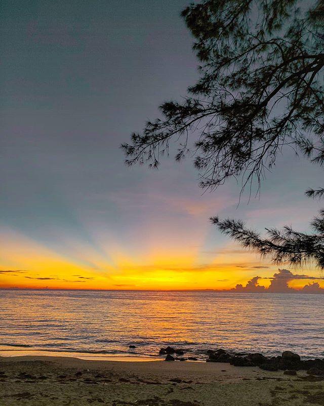 Just another stunning sunset 🏝️🤙🇧🇸 #bahamas #bimini #seaside #traveller #sunset #island #travelingram #traveler #sunset #travelling #instatravel #traveling #travelblog #travelblogger #sunset_pics #traveltheworld #beach #sunrays #travelphotography #sea #sunset_madness #travelgram #travel #travelawesome