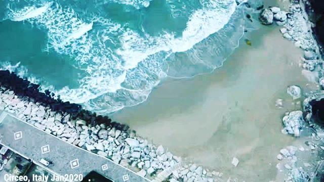 Winter beach ️🤙 #djimavicmini #dji #igersitalia #igerlatina #traveller #beach #travelphoto #traveldeeper #beachlife #travelholic #travel #traveladdict #travelblog #travels #traveltheworld #circeo #dronestagram #drone #traveling #travelblogger #travelgram #travelphotography #travellife #traveler #travelstoke #beachday #travelling