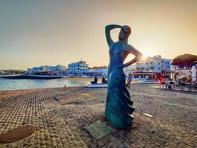 Strolling at sunset in Corralejo 🤙😎 #fuerteventura #corralejo #sculpture #travelawesome #travelblogger #travellife #sunset #sunsets #traveladdict #fuerteventura #travelgram #sunsetlovers #travelphotography #traveling #travelphoto #travelpics #traveltheworld #sunset_pics #traveller #travel #sunset_madness #travelstoke #canaryislands #travelling