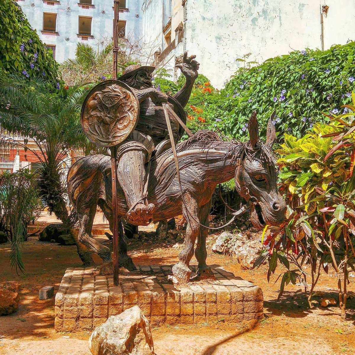 While I was strolling in Obispo... ‍♂️🌎🤙 La Habana Vieja, Cuba 2015#cuba #tbt #sculpture #travelpics #travelgram #cuba #travelstoke #habana #travelphoto #traveladdict #travelling #garden  #travels #travelblog #traveler #travel #traveller #travellife #travelphotography #travelholic #traveling #travelawesome #travelingram