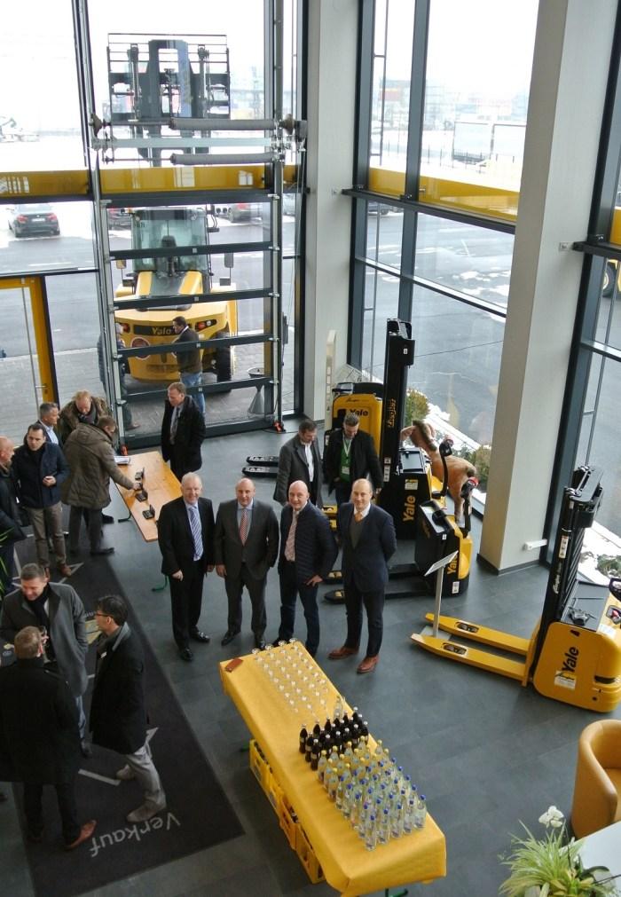 Yale-Händler aus der DACH-Region treffen sich bei Ziegler-Gabelstapler im GVZ Region Augsburg (©COM.SENSE, Download Doppelklick)