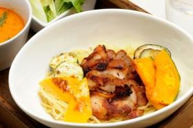 美味しそうに盛られた野菜と鶏肉とパスタ。