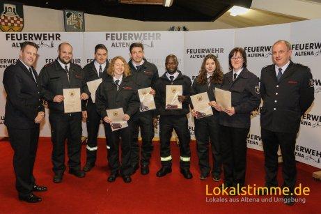 Befördert zum Feuerwehrmann/-frau wurden Janine Lülling, Justina Hampel, Max Müller, Camara Aboubacar (LG Mühlendorf), Marco Mißbach (LG Rahmedetal), Marcel Lüsebrink (LG Rosmart) und Ramona Stäblein (LG Freiheit).