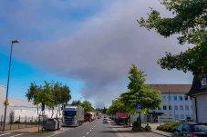 Ein Blick aus Lünen auf die Rauchwolke des Großbrandes in Bönen.