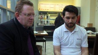 In diesem Imbiss in Altena bedrohte ein Mann den Bürgermeister mit einem Messer. Ahmed Demir rettete Dr. Andreas Hollstein das Leben.
