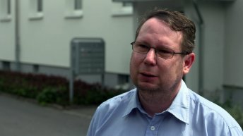 """Michael Richter vor seiner Wohnung in Freital/Sachsen. Der ehemalige Ratsherr für die Partei """"Die Linke"""" war eines der Anschlagsopfer der rechtsterroristischen """"Gruppe Freital""""."""