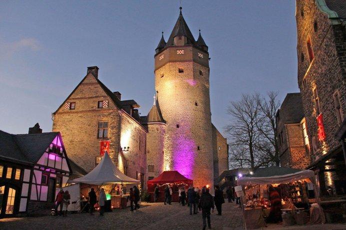 Beim Winter-Spektakulum wird die Burg in romantisches Licht getaucht. Foto: Michelle Wolzenburg/Märkischer Kreis