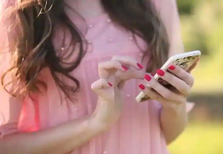 'मुलींना मोबाइल देऊ नका, फोनवर बोलतात अन् मुलांबरोबर पळून जातात' युपी महिला आयोगाच्या सदस्याचे वादग्रस्त विधान
