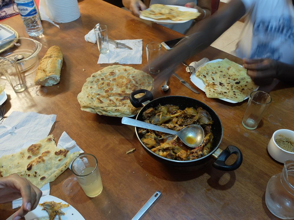 Rodrigues - Crêpes farata avec daube de poulet (qui a gambadé et ça se sent !) préparés par Bernard