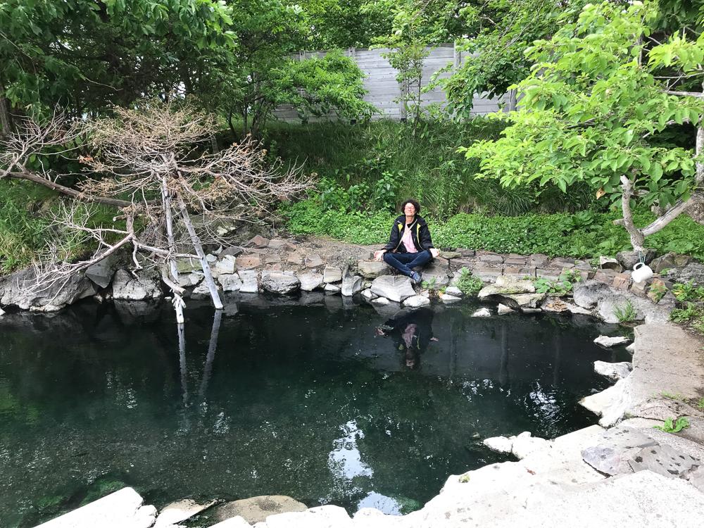 Méditation au bord d'un onsen (bassin d'eau chaude) prés du Lac Kussharo
