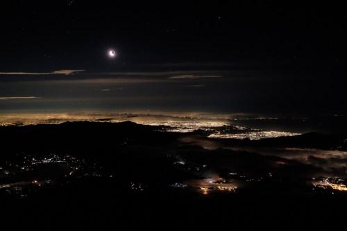 Nuit étoilée, une belle lune et Tokyo illuminée