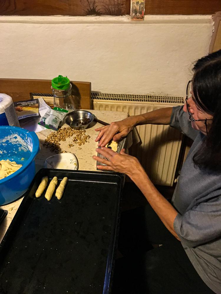 Lujbinka en pleine préparation des biscuits. Du vrai fait maison !