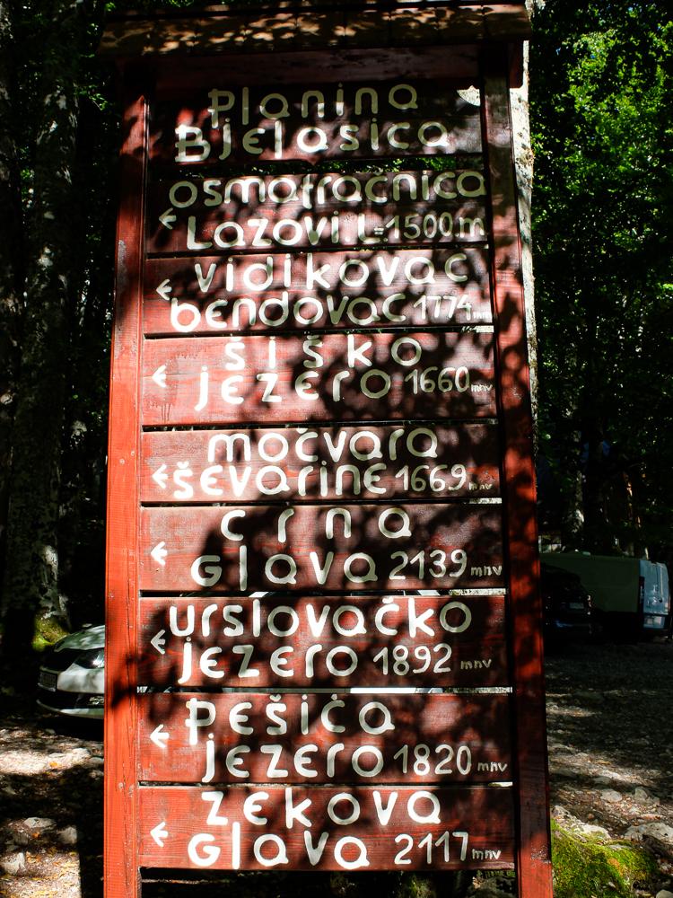 Panneau indicatif des différents sentiers au départ du lac