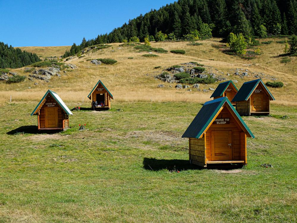 Le katun éco-logis : KATUN EKO. Nous avons adoré ces cabanes supers bien intégrées au paysage.