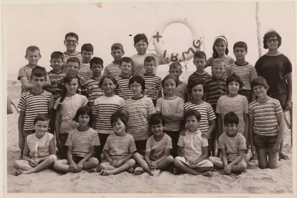 Ritratto di gruppo  Pinarella  Colonia  Soggiorno estivo  Bambini con assistente sulla