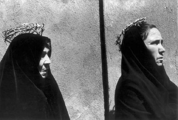 Donne calabresi vestite di nero e con corona di spine.