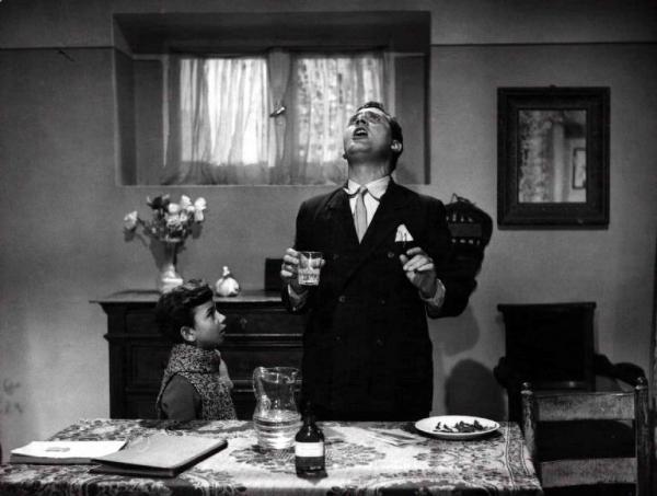 """Scena del film """"Bravissimo"""" - Luigi Filippo D'Amico - 1955 - Gli attori Alberto Sordi e Giancarlo Zarfati"""