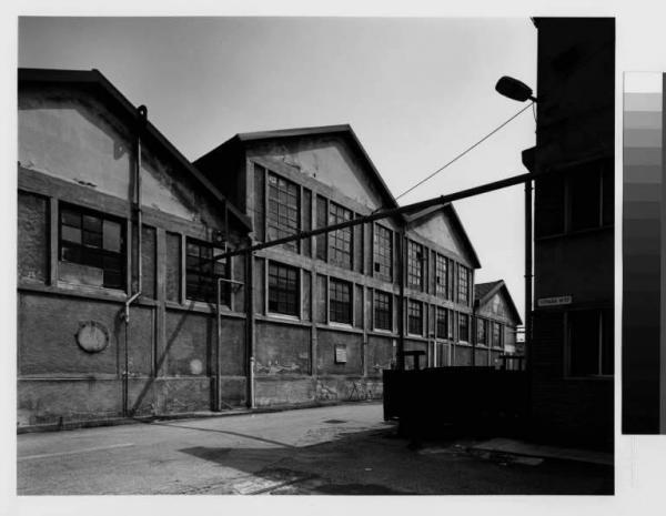 Magenta  frazione di ponte Nuovo  stabilimento industriale Saffa  capannone  cortile interno Bossaglia Roberto  Fotografie  Lombardia