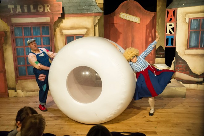 The-Giants-Loo-Roll-c-Talegate-Theatre-Productions