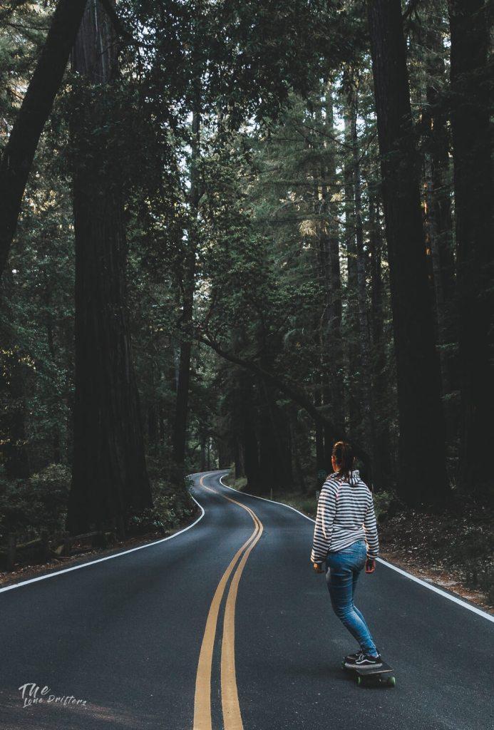 longboarder bij sequoia bomen