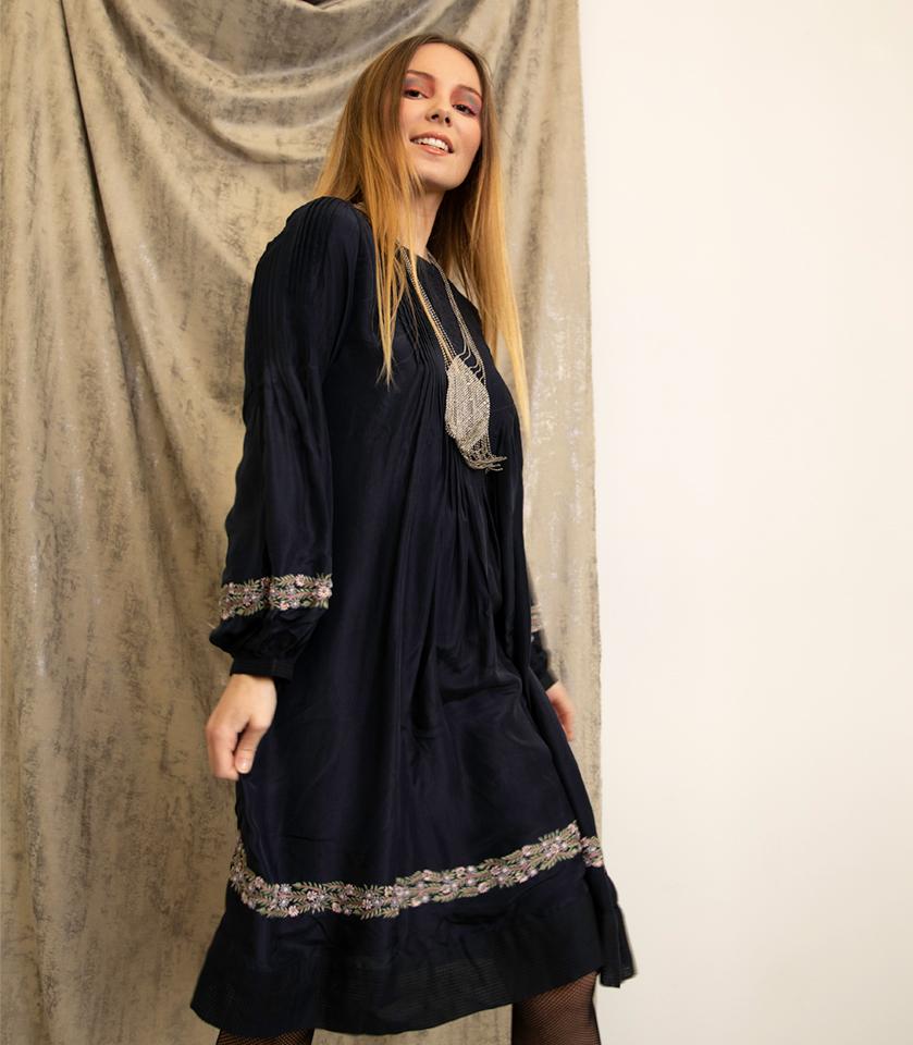 robe bleu vegan avec des broderies faites a la main en fibre de soja