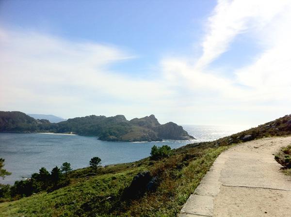 La vista da uno dei percorsi di trekking che attraversano l'isola di O Faro