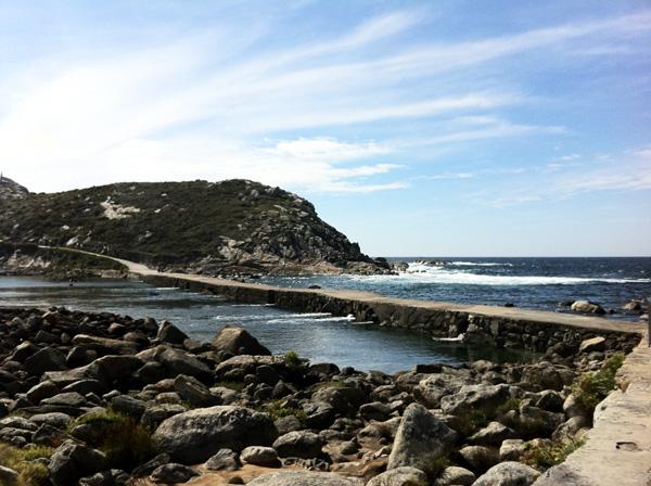 La striscia di terra artificiale che unisce O Faro e Monte Agudo: da un lato le acque calme della Ría di Vigo, dall'altra le onde dell'Oceano