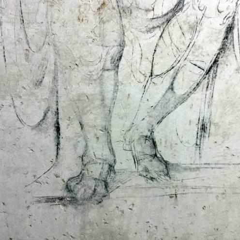 Particolare di uno studio di gambe maschili probabilmente disegnato da Michelangelo sul muro della stanza segreta. Posizione e proporzioni ricordano le gambe della statua di Giuliano de' Medici per la tomba della Sagrestia Nuova, proprio al di sopra della stanza. [Foto: Caterina Chimenti/Lonely Traveller]