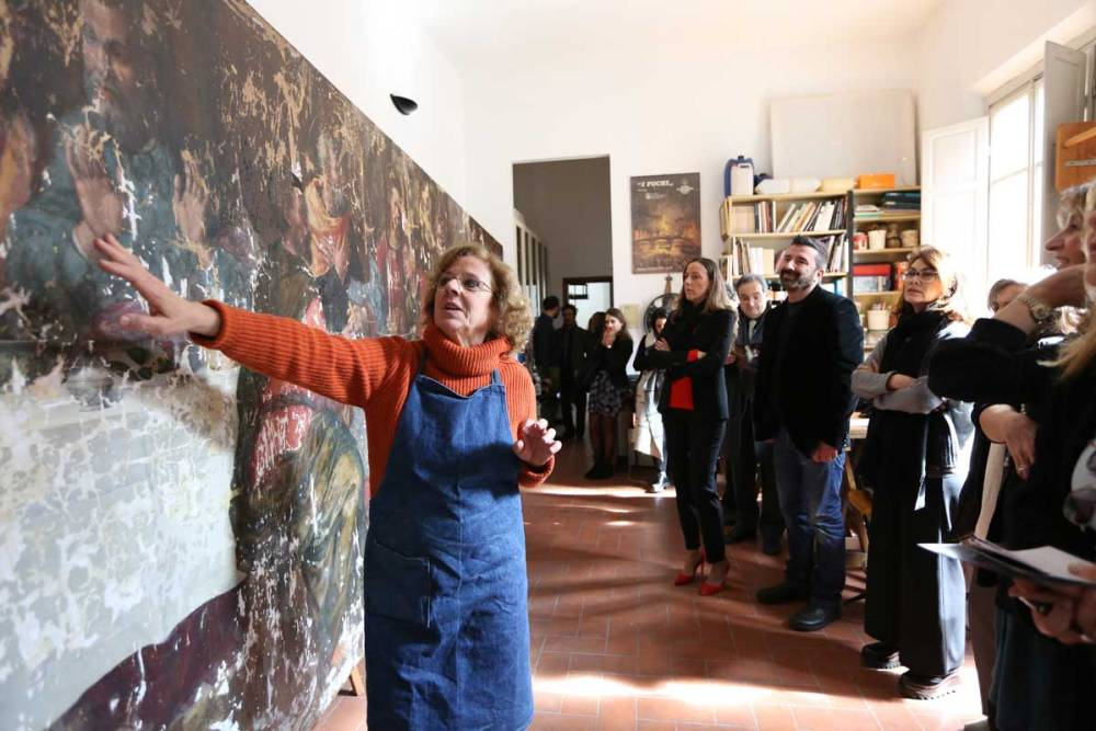 Rossella Lari mostra il dipinto di Plautilla nel suo laboratorio