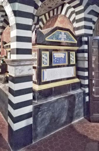 Rocchetta Mattei, il sarcofago del Conte Mattei al piano superiore