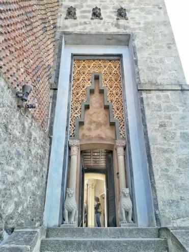 Rocchetta Mattei, dettaglio della porta di accesso al cortile dei Leoni