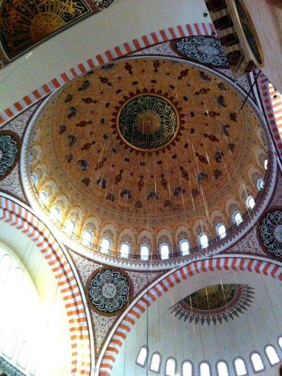 Interno della Moschea di Suleyman, Istanbul (Foto: Caterina Chimenti / Lonely Traveller, licenza CC 2.0)