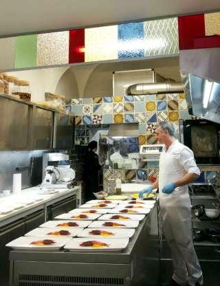 Carmelo Pannocchietti al lavoro nella cucina di Arà: è Sud