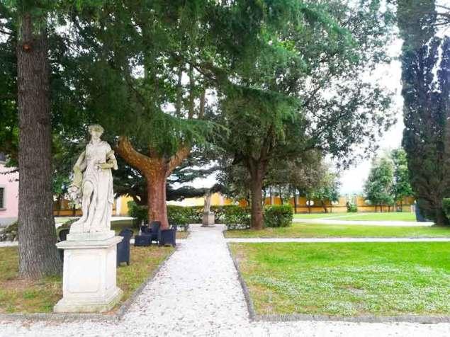 Il giardino del complesso di Torre a Cenaia