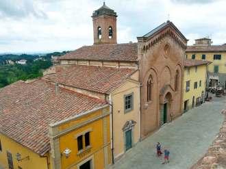 La certosa di Lari vista dal camminamento del Castello dei Vicari