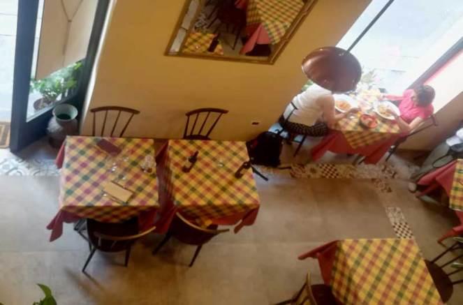 Dalla saletta al piano superiore si può vedere il resto del ristorante