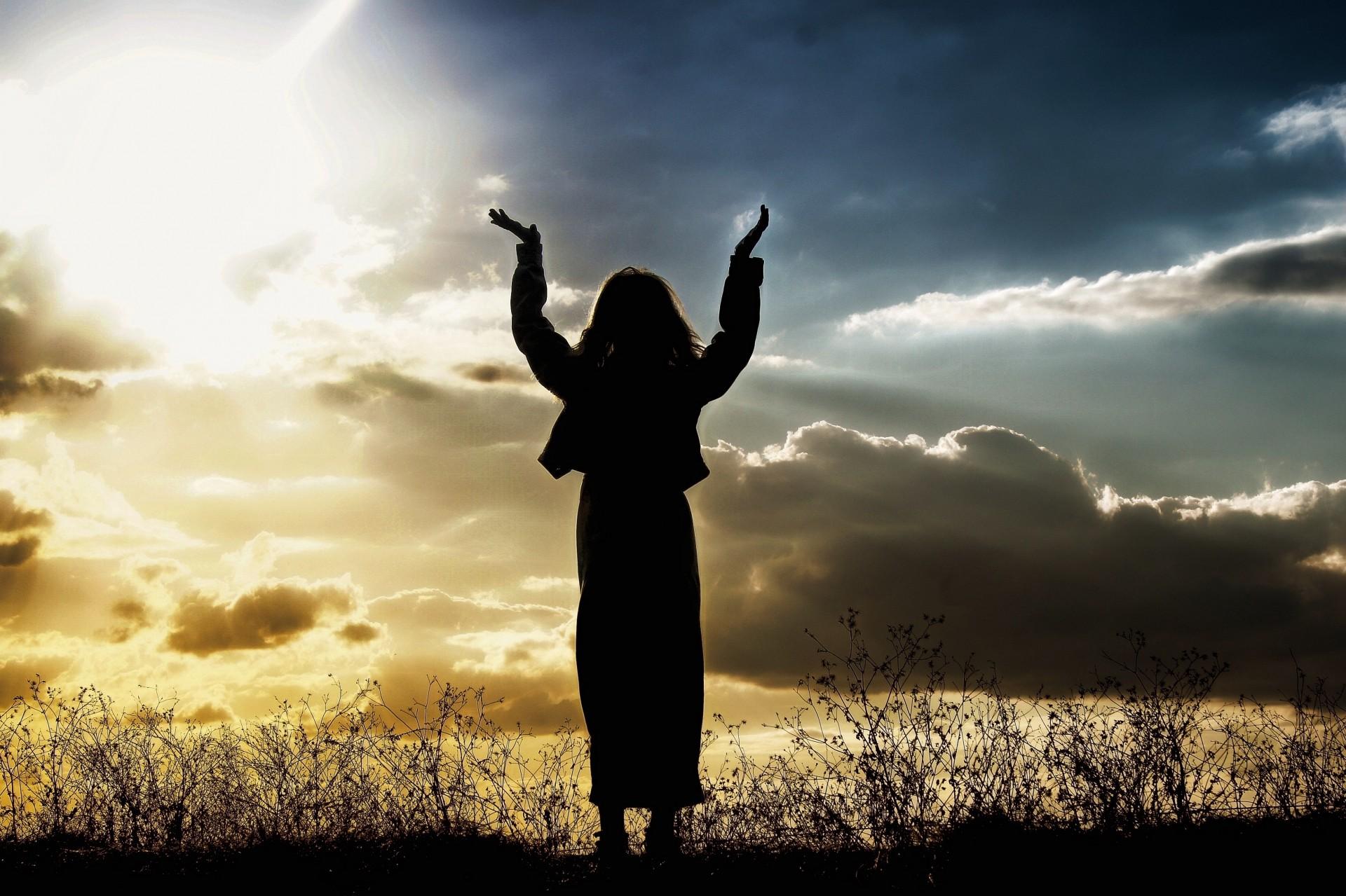 woman-praising-sunset