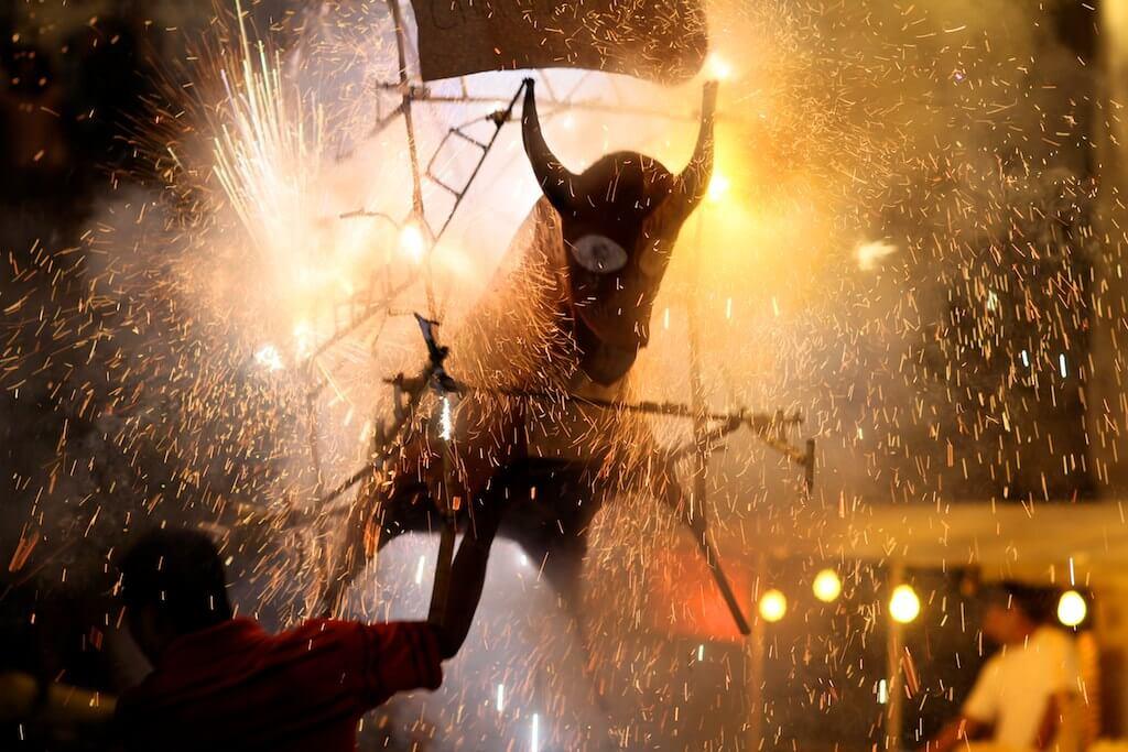 Celebrazione con fuochi d'artificio e tori di cartapesta messico