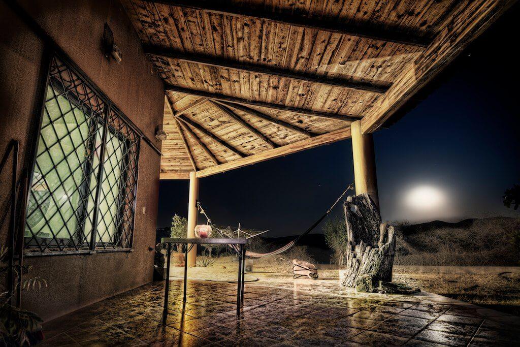 Foto in HDR di una terrazza durante la luna piena