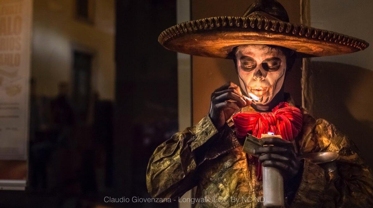 Un ritratto di un charro messicano con sombrero pitturato da teschio, un simbolo del Messico