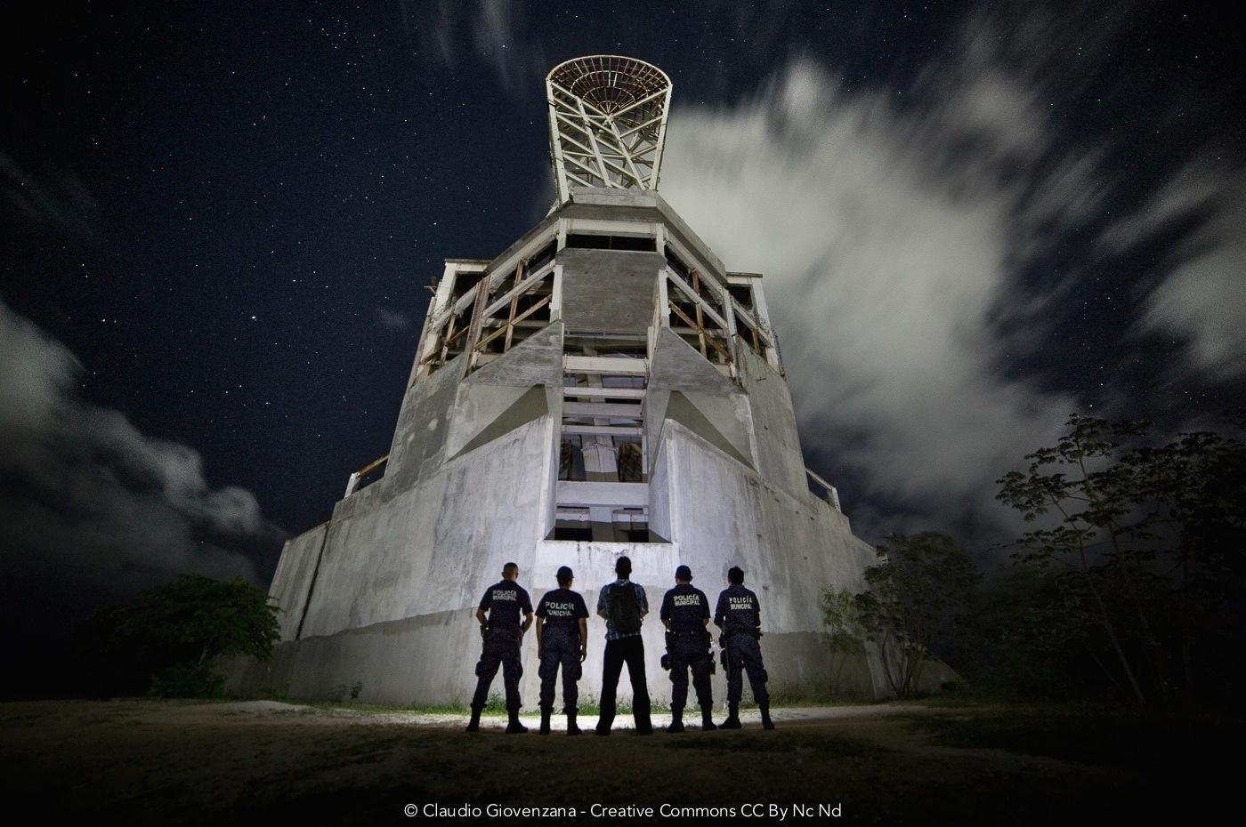 Foto notturna con polizia dentro un monumento abbandonato in Messico