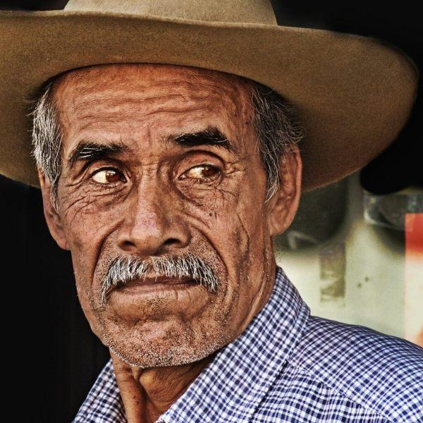 Ritratto del volto scavato dal tempo di un Messicano con il sombrero