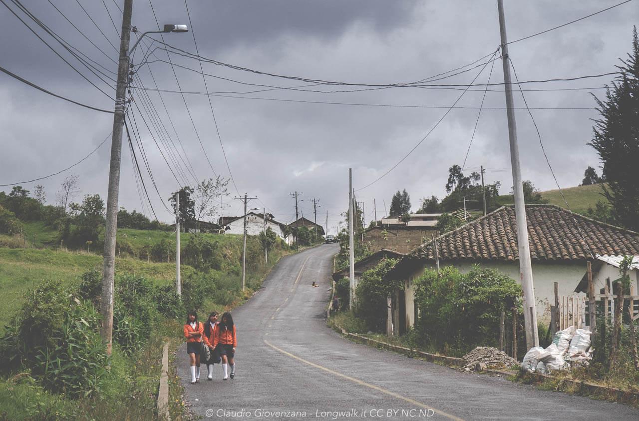 Tre ragazze tornano da scuola nella campagna di cerchi, Ecuador