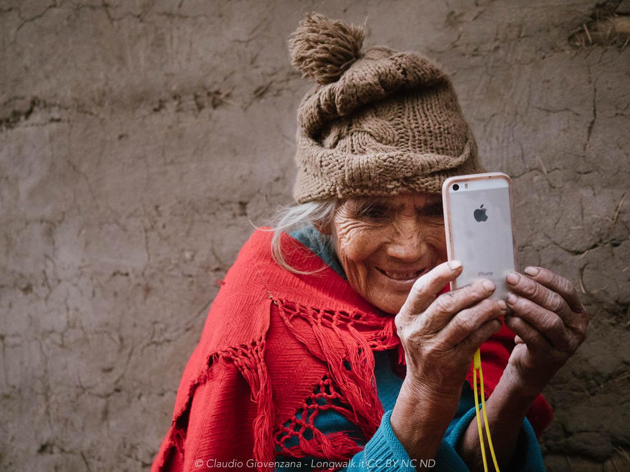 Margherita guarda la sua foto sul nostro smartphone