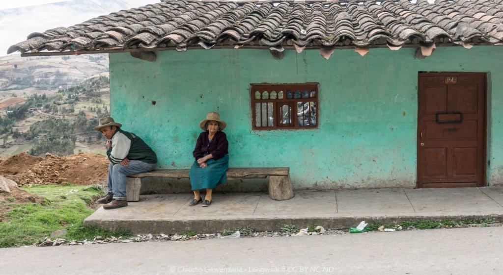 Donne quechua sedute fuori da casa