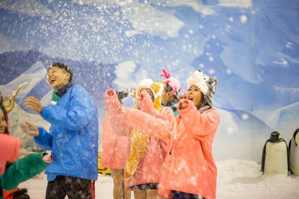 【臺中】臺中港三井outlet又有新樂點!全臺首間室溫20度的滑雪場「SNOWTOWN雪樂地」開幕,雪場採每2個小時一個場次入場,室內20度恆溫打造而成的冰雪樂園,雪樂地的位置位於三井OUTLET摩天輪旁. 購物中心於早上9:30開放停車場停車,來去體驗滑雪樂趣吧 ...