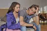 Emily (Anne Menden) erkennt, dass Dominik (Raul Richter) seine Probleme nicht alleine bewältigen kann