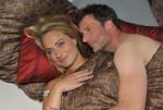 Maren (Eva Mona Rodekirchen) versucht, den von der Beerdigung mitgenommenen Alexander (Clemens Löhr) aufzuheitern und landet dabei prompt mit ihm im Bett.