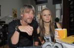 Tanja (Senta Sofia Delliponti) zeigt ihrem Vater Kurt (Tim Williams) ihr erstes Musikvideo