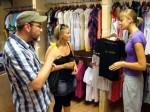 Jenny (r.) bedient Kunden in ihrem Modeboutique auf Mallorca